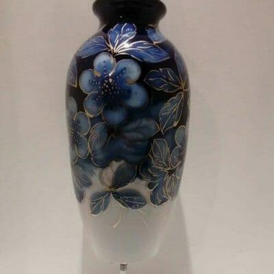 Vase Art Déco en porcelaine émaillée bleue et or à décor fleurs stylisées signé par Camille THARAUD (1878-1954) à Limoges. vu plus loin Brocante Castres