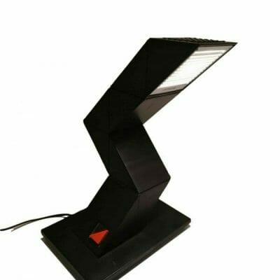Lampe de bureau Zig Zag des années 80 désignée par Chan Shui pour E-lite. Cette authentique lampe vintage indémodable est en très bon état esthétique et de fonctionnement | brocante en ligne | brocante castres | Vintage French Art