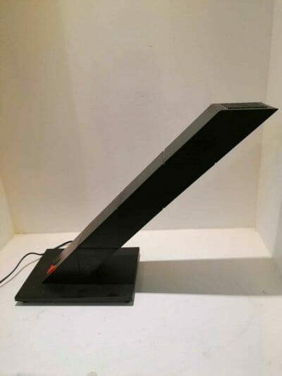 vue de côté forme droite Lampe de bureau Zig Zag des années 80 désignée par Chan Shui pour E-lite. Cette authentique lampe vintage indémodable est en très bon état esthétique et de fonctionnement | brocante en ligne | brocante castres | Vintage French Art