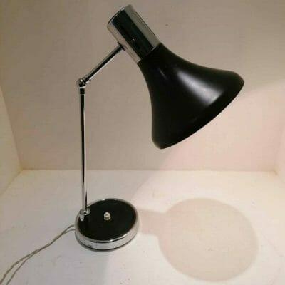 Lampe vintage au design scandinave des années 50/60 par ARNE JACOBSEN. Acier laqué noir et chrome. Orientable dans différentes positions par ses deux rotules.