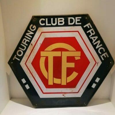 Face avant de la face arrière de la plaque émaillée ancienne Touring Club de France. Plaque émaillée publicitaire vintage de forme hexagonale.